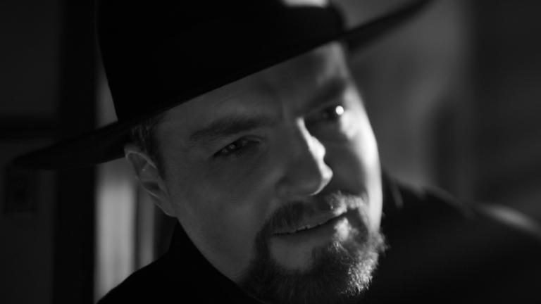 Tom Burke interpreta Orson Welles in Mank (2020)